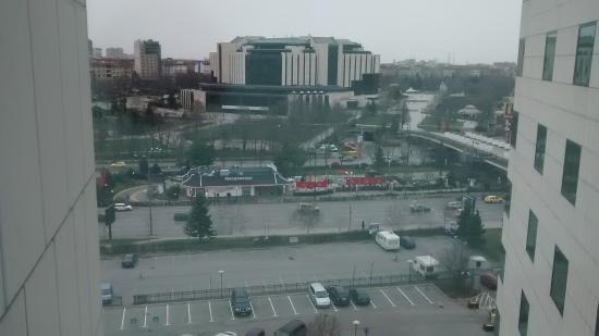 Hilton Sofia: Vista desde el frente del hotel
