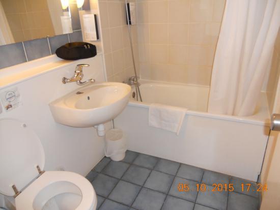 Campanile Dijon Sud - Marsannay : badkamer, heel diep bad