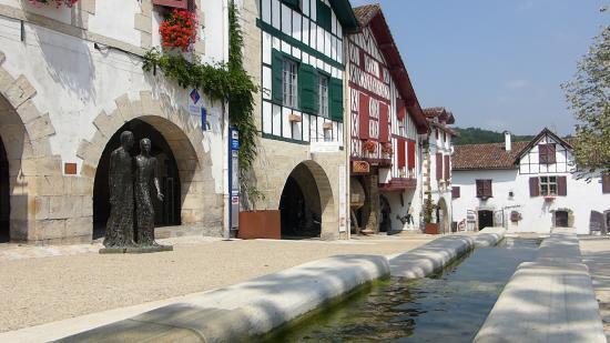 La Bastide Clairence, France : Les arceaux de la plage du village