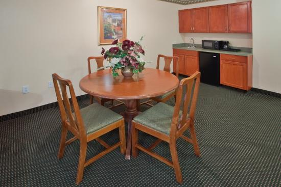Plymouth, Carolina del Norte: Kitchenette and Dining Area in the Presidential Suite