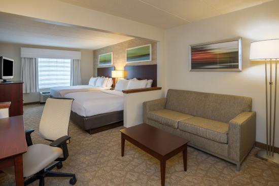 Holiday Inn BWI Airport: Double Queen Room w/ Pull-Out Sofa, Movable Desk, Microwave and Refrigerator