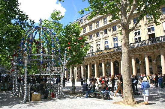 Station de Métro Palais Royal Musée du Louvre devant la comédie Française