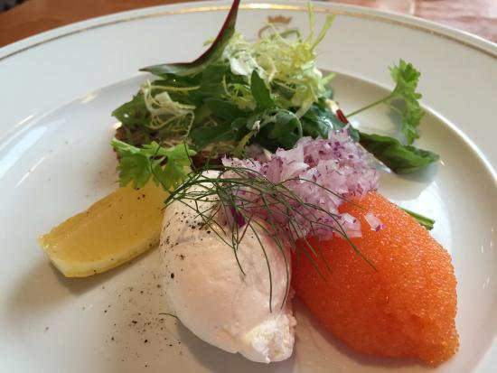 Lund, Szwecja: Löjrom with rye bread, red onions and whipped sour-cream
