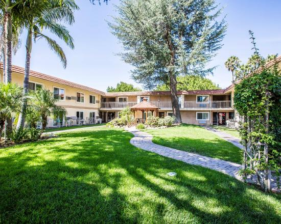 Quality Inn & Suites Thousand Oaks: CAACOURTYARD
