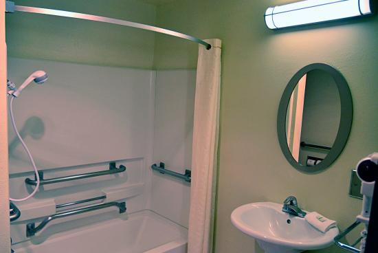 Albuquerque Inn & Suites: ADA Accessible Bath