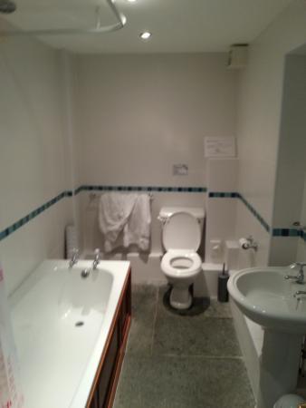 Lizard Lighthouse Cottages: Main bathroom