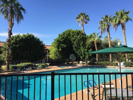 Days Inn & Suites Scottsdale North : An average October day by the pool at Days Inn North Scottsdale.