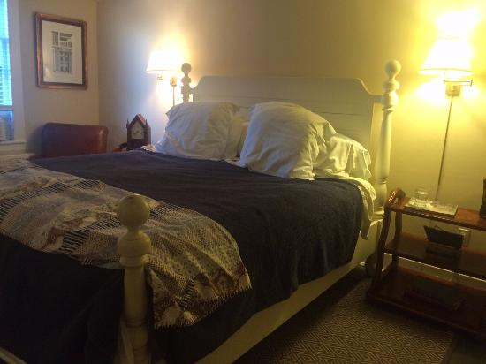 ‪‪The Falls Village Inn‬: Bedroom in the king suite‬