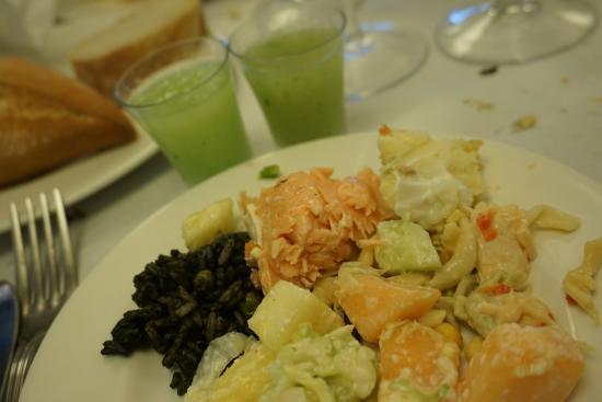 Salt, Spagna: Plato variado con ensalada y arroz negro, con crema de melón con menta al fondo