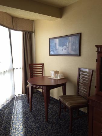 Quality Inn & Suites Bay Front: sitting area beside bay window