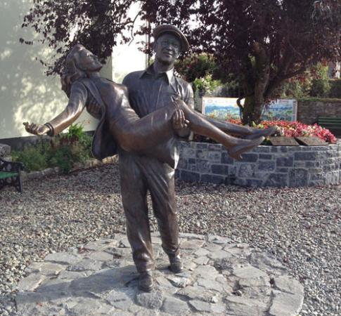 ‪Statue of John Wayne and Maureen O'Hara‬