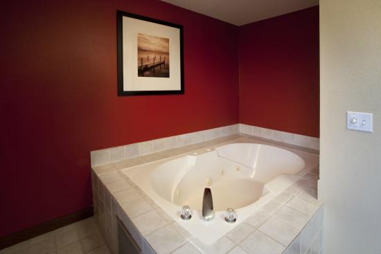 Red Lion Inn & Suites Kent Seattle Area: Whirlpool Suite