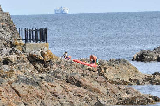 Nanaimo, كندا: Canoe coming ashore, BC Ferry in background