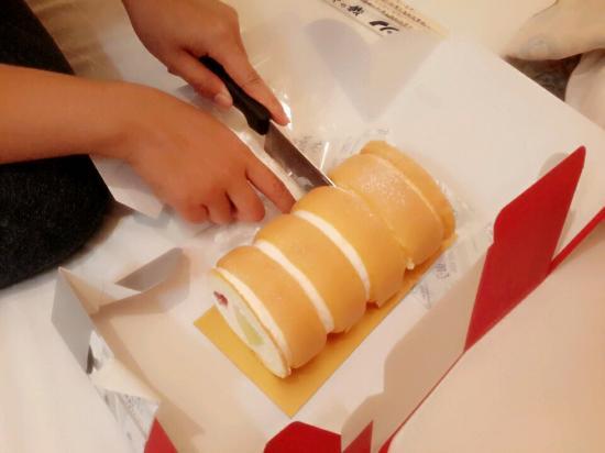 Apartment Hotel Shinjuku: มีเครื่องครัว มีด จาน ช้อน ส้อม ฯลฯ ให้เลือกใช้ในห้องหักส่วนตัว