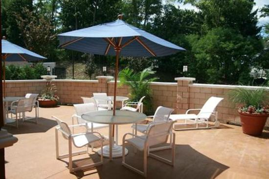 Hampton Inn & Suites Poughkeepsie: Outdoor patio
