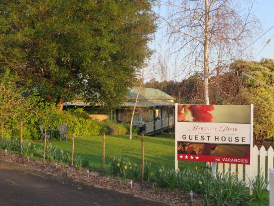 Margaret River Guest House: View at driveway entrance