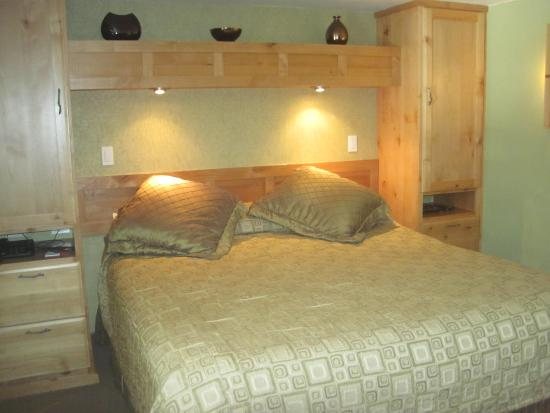 Americana Village: Comfortable King Size Bed. Bedroom Furniture Has Storage.  Great Lighting For