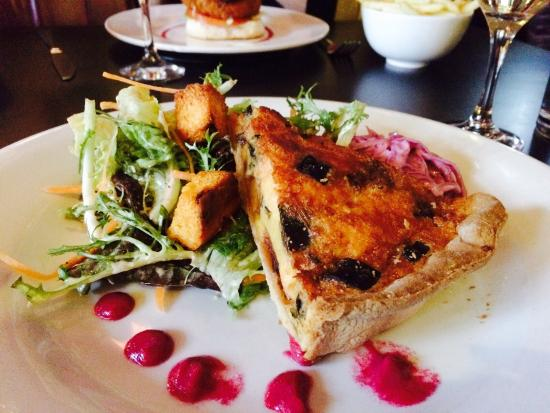 Madison's Hotel Restaurant: Goats cheese tart, coleslaw and salad at Madison's