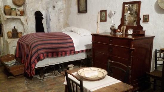 il grande ed alto letto matrimoniale ed il comò - Foto di Casa ...