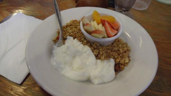 Beograd, MT: Organic Yogurt, Granola and Fresh Fruit