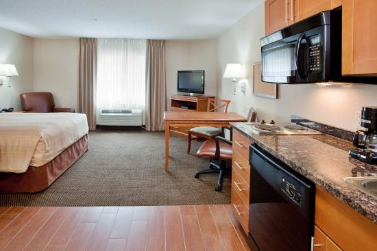 Candlewood Suites Richmond Airport : Queen Bed Guest Room Kitchen