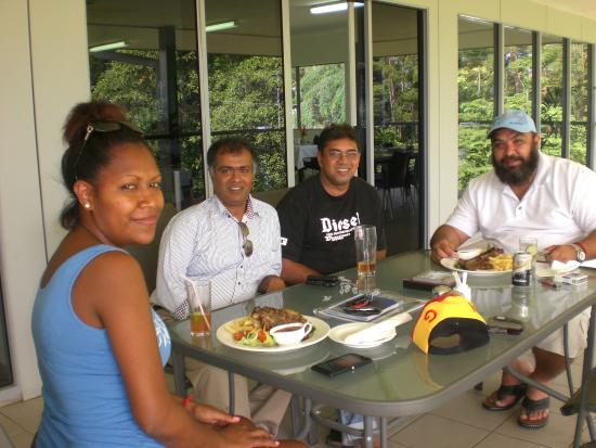Lae, Papua-Nova Guiné: ENTERTAINING CLIENTS  AT  CROSS  ROADS