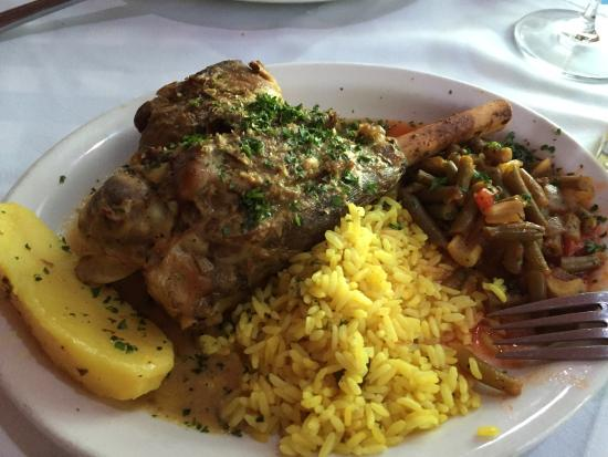 Plaka Greek Taverna: Delicious & very reasonable price!! Lamb shank..Arni Psito..  Highly recommended.. Excellent cus