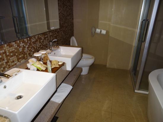 The Cocoon Boutique Hotel: Nice big bathroom