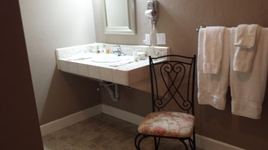 Cinnamon Bear Creekside Inn: Bathroom