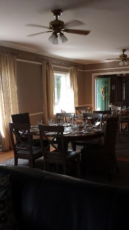 Cinnamon Bear Creekside Inn: Dining room
