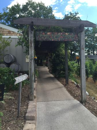 Bowers Harbor Vineyards: The entryway