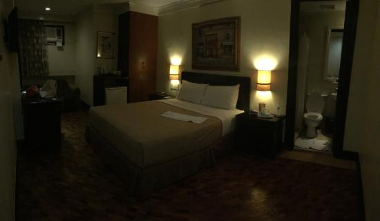 Fersal Hotel Diliman : Panorama shot of the whole room