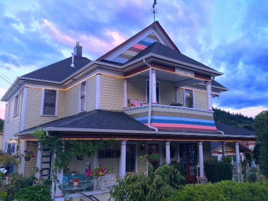 The Painted Lady Bed & Breakfast and Tea Room: The Painted Lady in Myrtle Creek, Or at dusk -