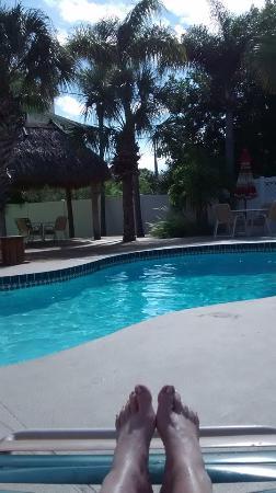Tropical Breeze Resort: Large pool and Tiki hut