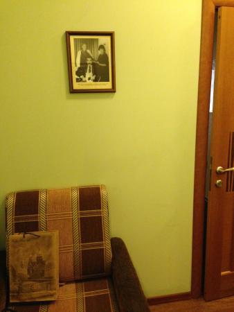 Zapovednik Mini Hotel: Фото С.Довлатова украшены стены отеля