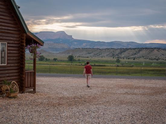 Superieur Bryce Canyon Log Cabins: Au Petit Matin Devant Lu0027accueil