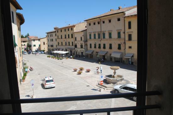 La Locanda Di Cetona: Vista sulla piazza