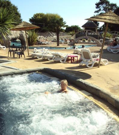 Piscine bain remous picture of camping domaine de for Piscine guerande