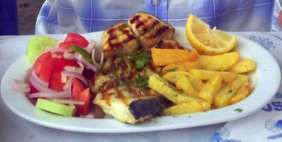 Piso Livadi, Grecia: Salade,espadon grillé + frittes