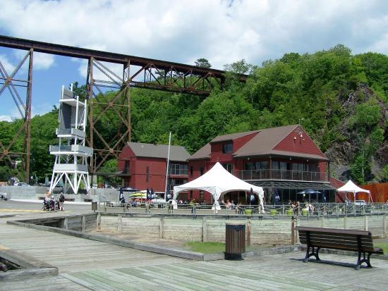 Parc Nautique de Cap-Rouge: La Tour d'observation, le Parc Nautique et la terrasse du café-bistro