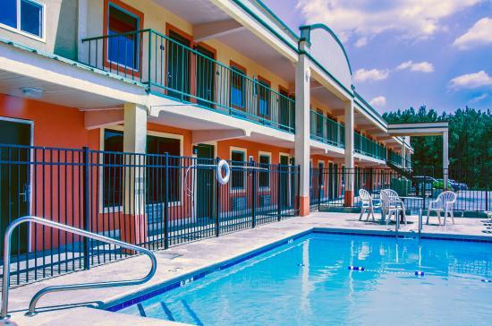 Garden Inn of Gadsden: Outdoor Swimming pool
