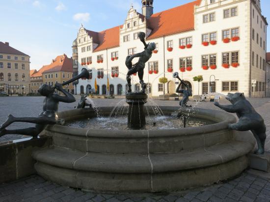 Hotel Goldener Anker: Fountain & Rathaus