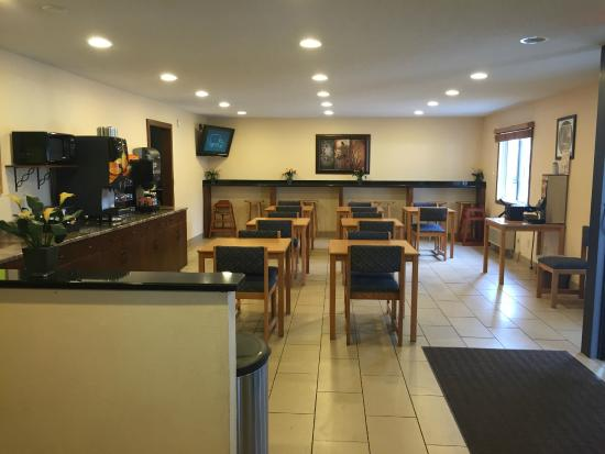 Americas Best Value Inn Grand Forks: Breakfast Lounge