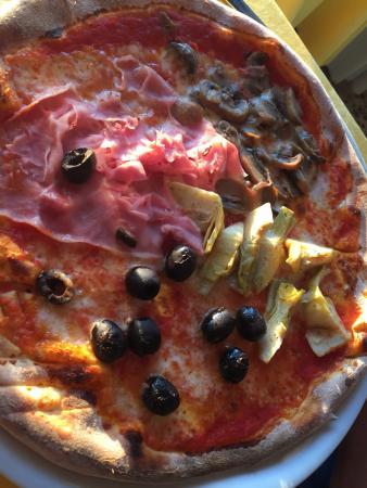 Punta Sabbioni, Italia: Brusetta, vis en pizza. Lekker eten in deze tent. Inrichting vrij gedateerd. De droge huiswijn a