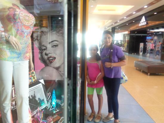 Las ni as de shopping picture of centro comercial la - Centro comercial moda shoping ...