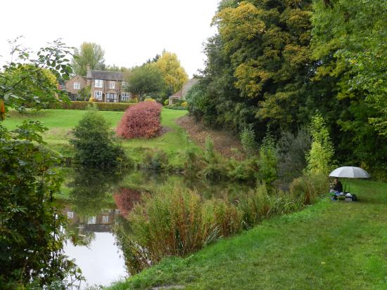 Morville, UK: Across the lake to the Farm house.