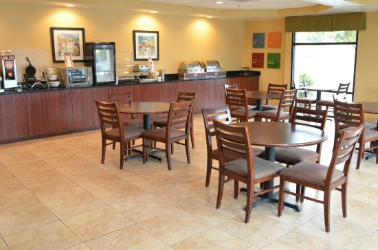 Comfort Suites Atlanta Airport: Breakfast Area
