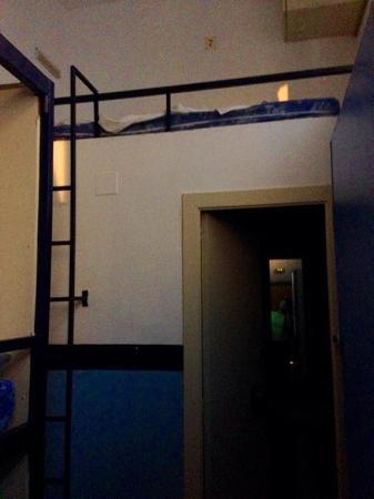 Equity Point Sea - Hostel Barcelona: Это вид на спальное место над туалетом, которое мне досталось))