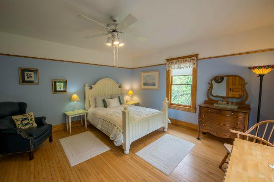 Lake Leelanau, MI: Snowbird Inn guest room