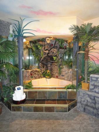 AmericInn Lodge & Suites Rexburg - BYU: Aztec Room - Jacuzzi Tub